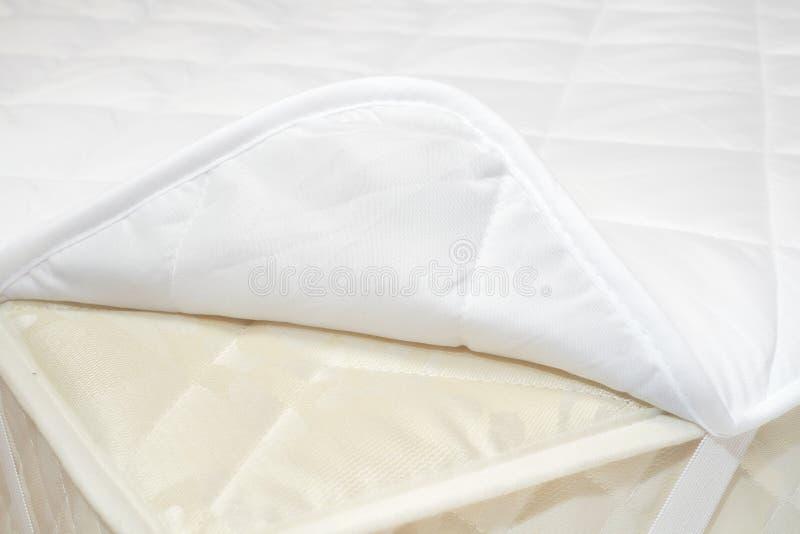 Colchón y cubierta de cama fotos de archivo libres de regalías