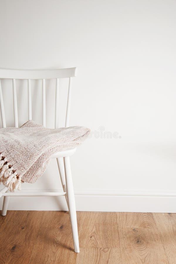 Colcha ou cobertura na cadeira branca do vintage, estilo minimalistic housekeeping Copie o espaço fotos de stock royalty free