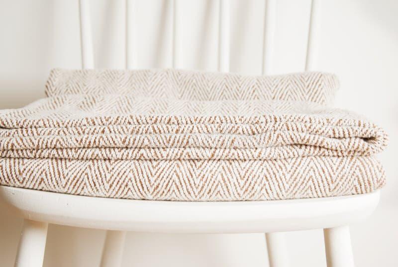 Colcha ou cobertura na cadeira branca do vintage, estilo minimalistic housekeeping Copie o espaço imagem de stock