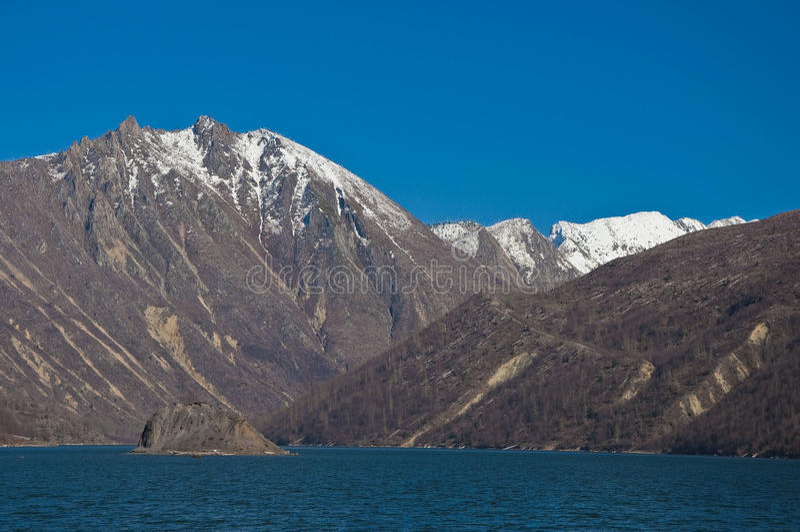 Download Coldwater λίμνη στοκ εικόνα. εικόνα από βουνά, δάσος - 13180351