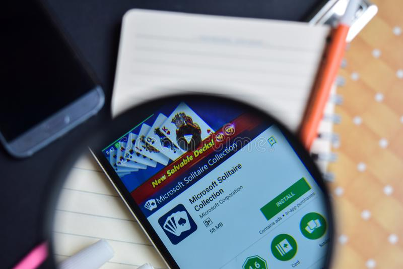 Coleção App do solitário de Microsoft com ampliação na tela de Smartphone fotografia de stock royalty free