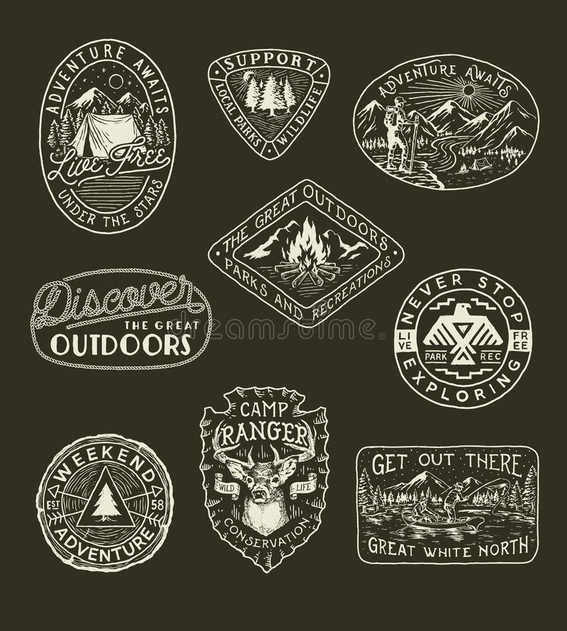 Coleção da aventura, do acampamento, da natureza, de emblemas do curso e de remendos tirados mão ilustração stock