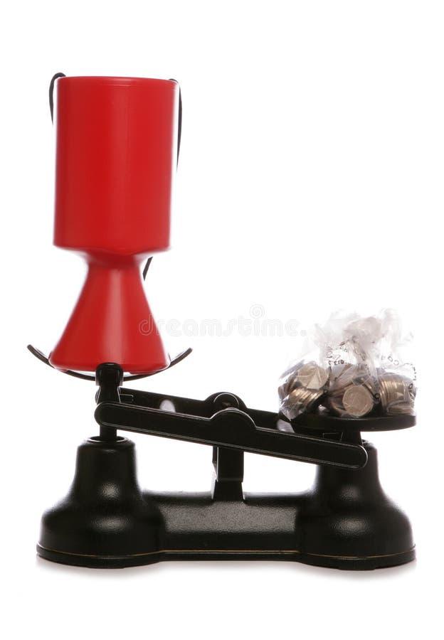 Coleção da caridade em escalas com dinheiro esterlino foto de stock royalty free
