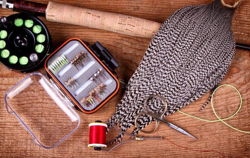 Coleção da mosca que amarra e que pesca o equiptment fotografia de stock