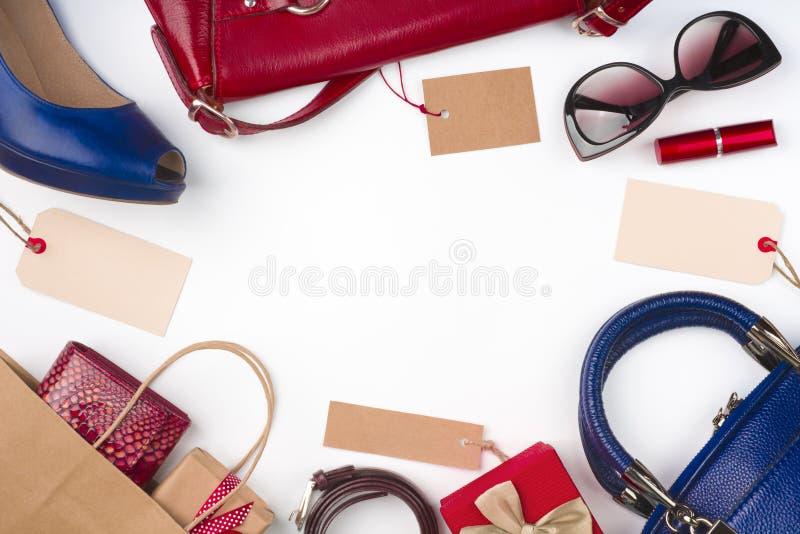 Coleção da roupa e dos acessórios das mulheres na venda, fundo branco imagens de stock royalty free
