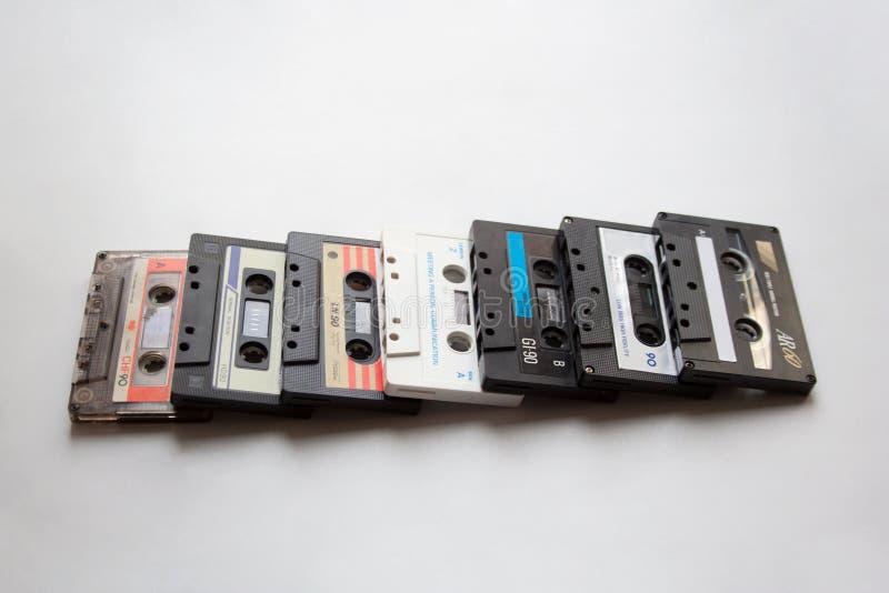 Coleção das cassetes áudio no fundo branco imagens de stock