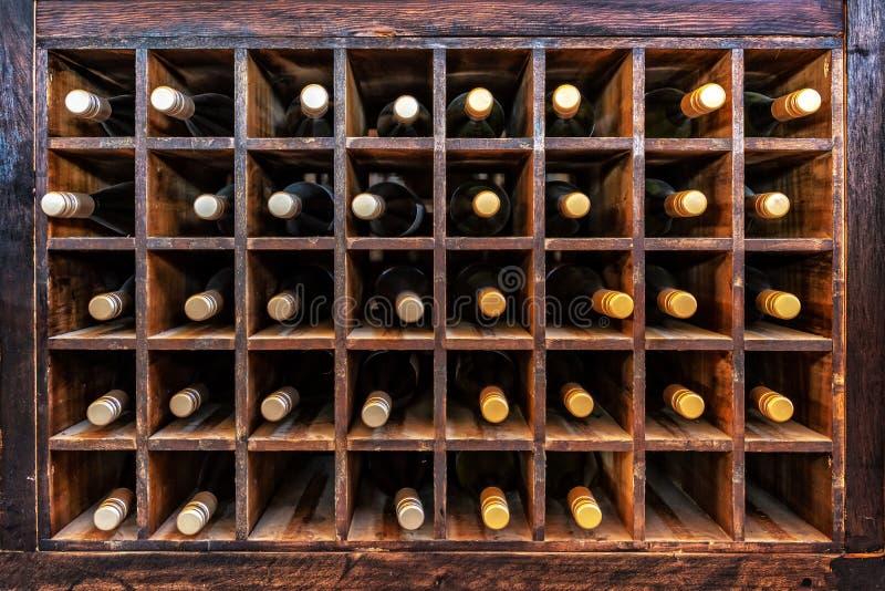 Coleção das garrafas do vinho nos casos de madeira imagem de stock royalty free