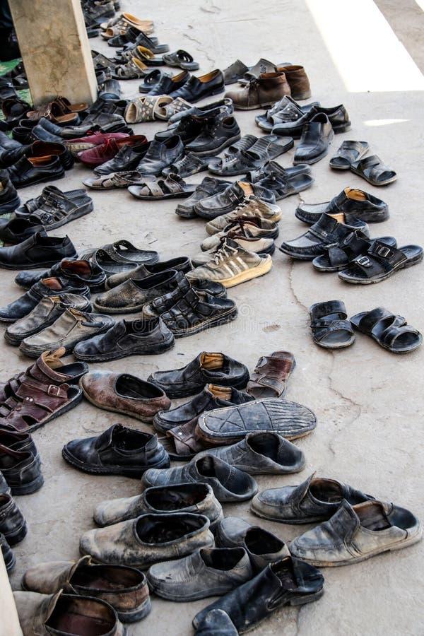 Coleção de Afeganistão das sapatas fora de uma mesquita imagens de stock