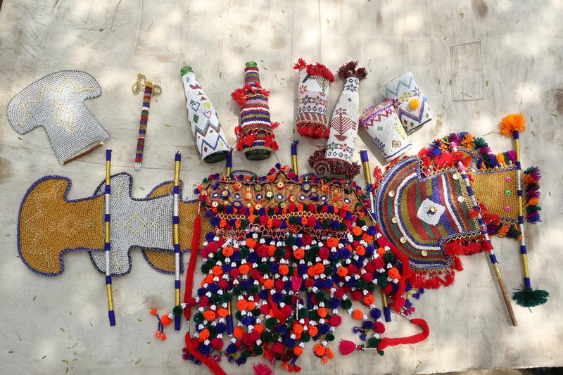 Coleção de artesanatos do artesão do sindhi: embalagens frisadas para vários artigos, fãs, artigos tecidos fotografia de stock