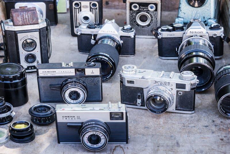 Coleção de câmeras do vintage em uma feira da ladra imagem de stock royalty free