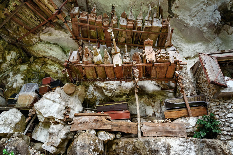 Coleção de caixões muito velhos em Londa Tana Toraja, Sulawesi sul, Indonésia imagem de stock