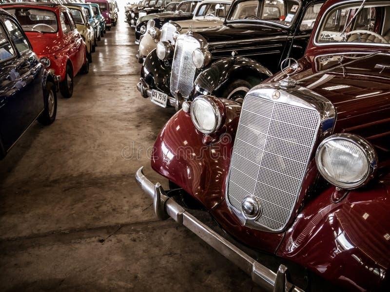 Coleção de carros velhos retros, míticos e do vintage no museu imagem de stock royalty free