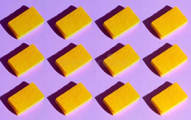 Coleção de espanadores amarelos na tabela azul fotografia de stock royalty free