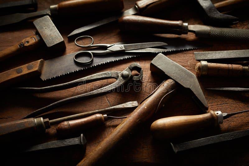Coleção de ferramentas da mão do vintage com punhos de madeira fotografia de stock