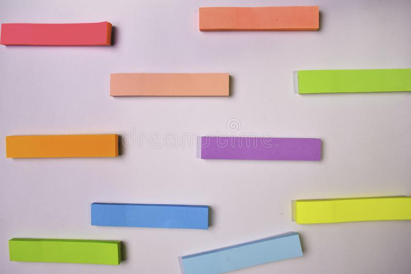 Coleção de folhas coloridas diferentes dos papéis de nota isolados no fundo branco foto de stock royalty free