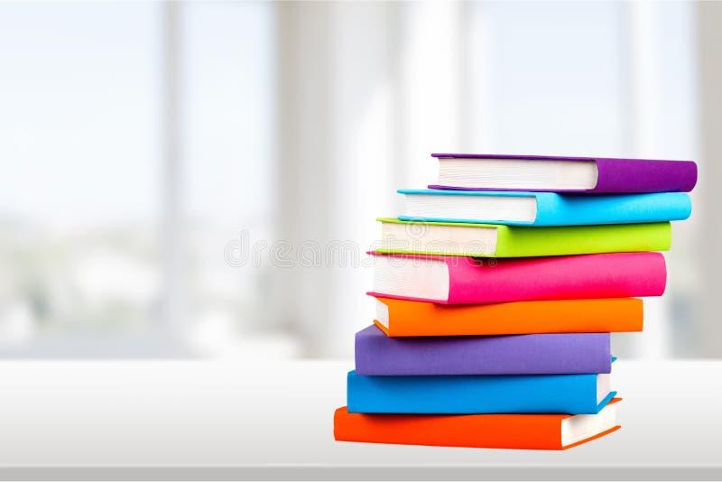 Coleção de livros colorida no fundo imagem de stock