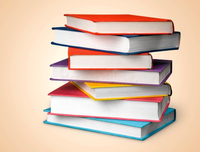 Coleção de livros colorida no fundo da sala de aula imagens de stock