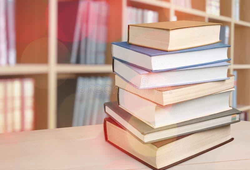 Coleção de livros na tabela de madeira do borrado fotografia de stock