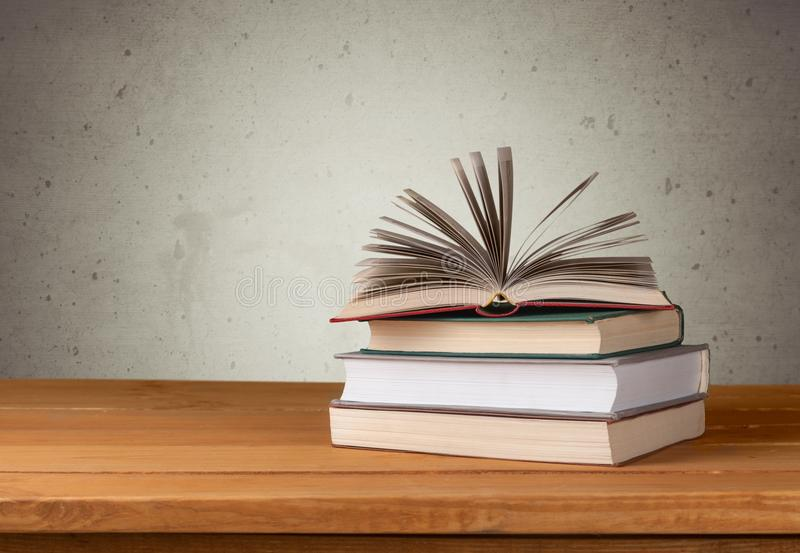 Coleção de livros no fundo de madeira da tabela fotos de stock royalty free
