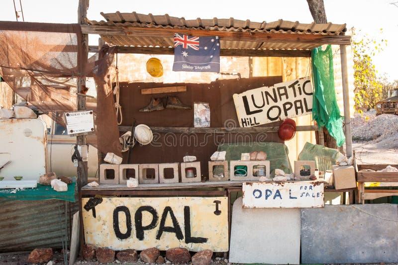 Coleção de objetos de mineração na exposição no monte excêntrico Opal Mine fotografia de stock
