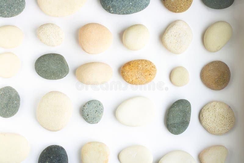 Coleção de pedra diferente da cor e da forma Muito tipo do seixo do mar com sombra macia Teste padrão regular no fundo branco imagens de stock royalty free