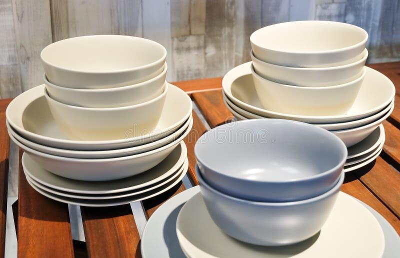 Coleção de pratos cerâmicos, de bacias e de placas imagens de stock royalty free