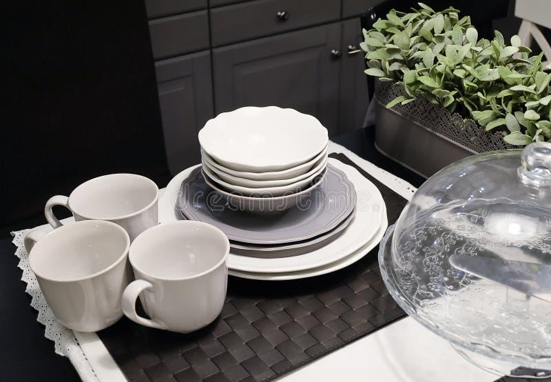 Coleção de pratos de porcelana, de bacias, de placas e de copos de café fotos de stock