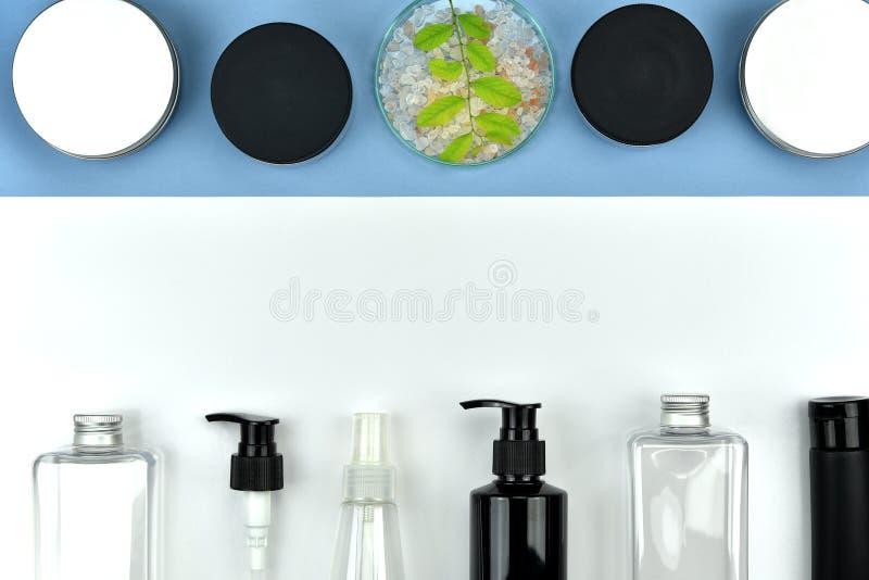 Coleção de recipientes cosméticos da garrafa, etiqueta vazia para o modelo de marcagem com ferro quente fotografia de stock