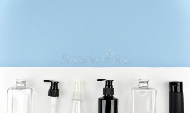 Coleção de recipientes cosméticos da garrafa, etiqueta vazia para o modelo de marcagem com ferro quente foto de stock royalty free