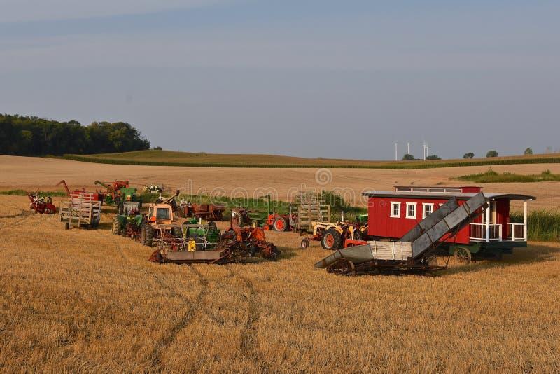 Coleção de tratores e de equipamento de exploração agrícola em uma demonstração foto de stock royalty free