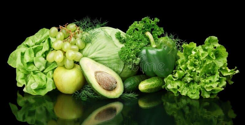 Coleção de vegetais e de frutos verdes no preto imagem de stock royalty free