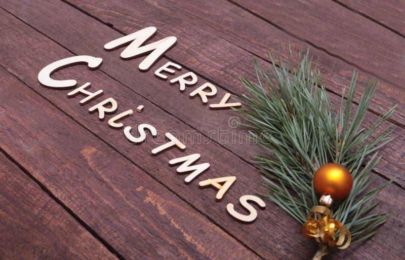 Coleção do Natal, caixa de presentes, árvore e bola decorativa, no fundo de madeira foto de stock