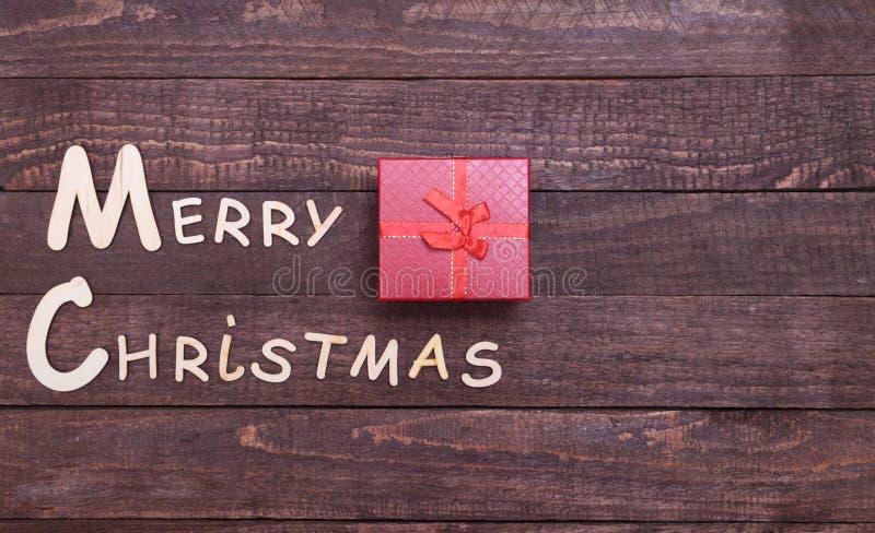Coleção do Natal, caixa de presentes, árvore e bola decorativa, no fundo de madeira imagem de stock royalty free