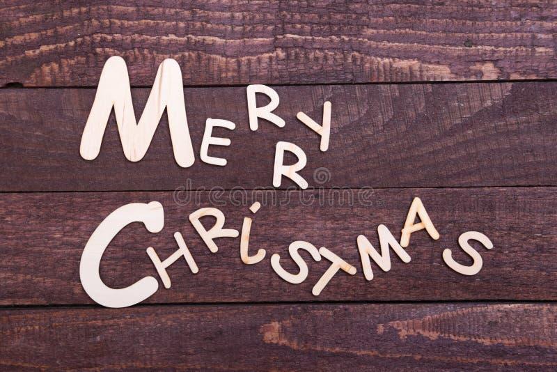 Coleção do Natal, caixa de presentes, árvore e bola decorativa, no fundo de madeira fotos de stock