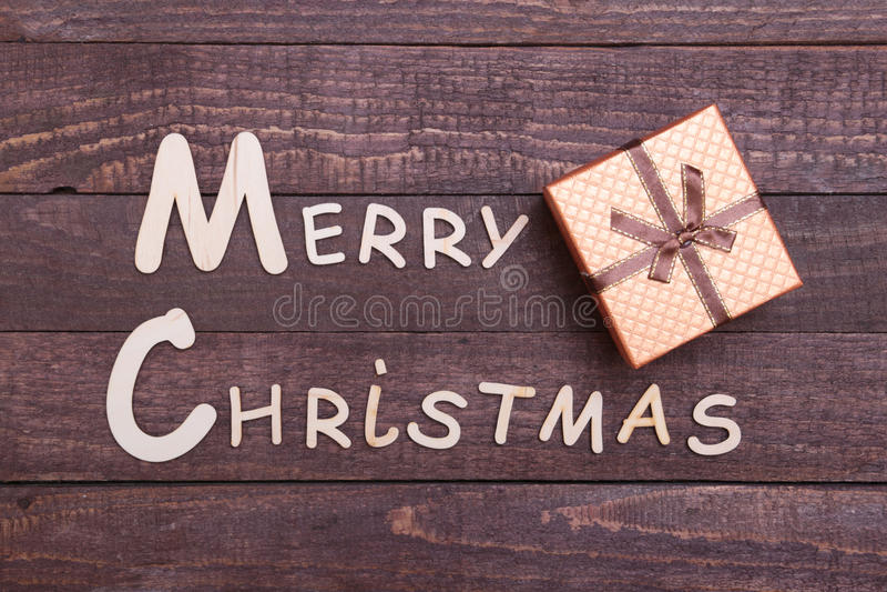 Coleção do Natal, caixa de presentes, árvore e bola decorativa, no fundo de madeira foto de stock royalty free