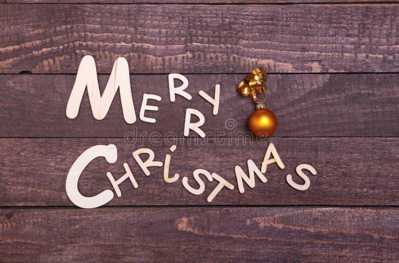 Coleção do Natal, caixa de presentes, árvore e bola decorativa, no fundo de madeira fotografia de stock royalty free