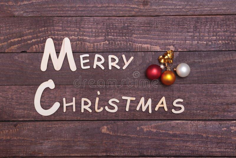 Coleção do Natal, caixa de presentes, árvore e bola decorativa, no fundo de madeira imagem de stock