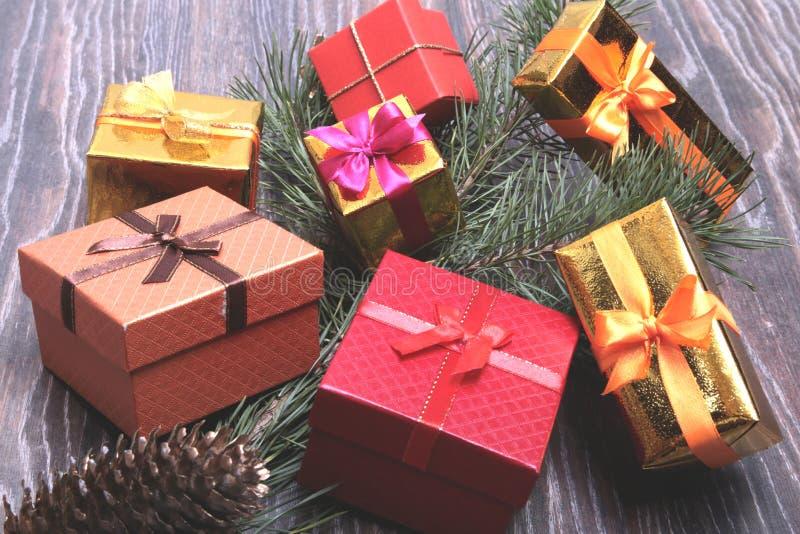 Coleção do Natal, caixa de presentes, árvore e ornamento decorativos, na madeira rústica imagens de stock