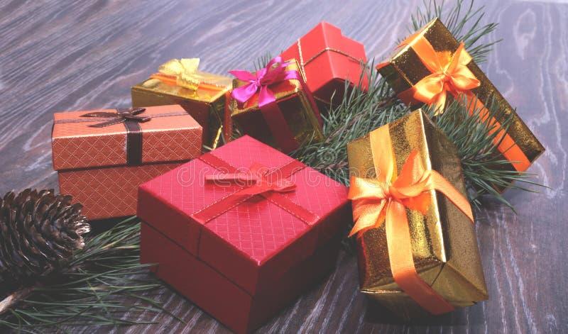 Coleção do Natal, caixa de presentes, árvore e ornamento decorativos, na madeira rústica fotos de stock royalty free