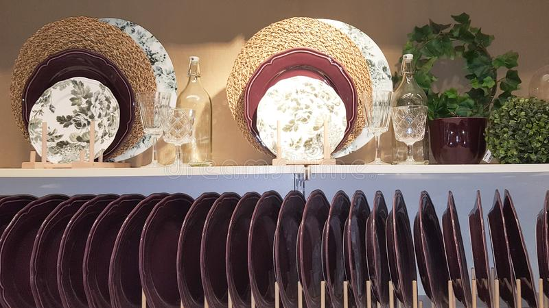 Cole??o do Natal das placas do Kitchenware para a venda na loja da loja foto de stock royalty free