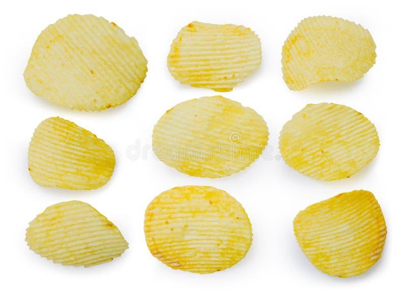 Coleção do petisco fritado das microplaquetas de batata na bacia branca no fundo branco, comida lixo fotografia de stock royalty free