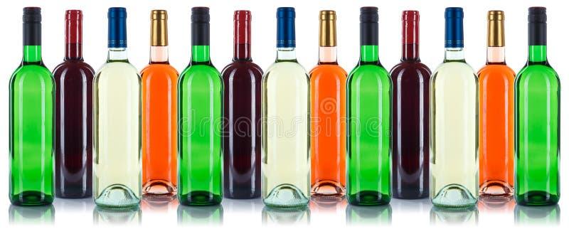 Coleção do vermelho das garrafas de vinho em seguido isolada no branco foto de stock