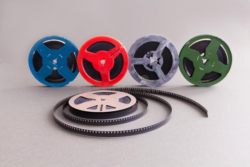 Coleção do vintage carretel de filme do cinema de 8 milímetros Acessórios coloridos da celuloide do projeto retro para o projetor imagem de stock