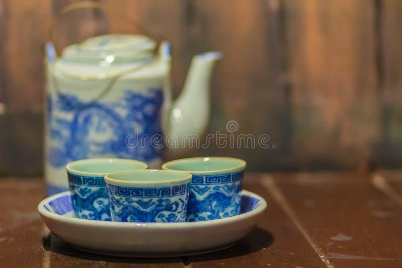 Coleção do vintage do grupo de chá azul da porcelana com bule e chá imagem de stock