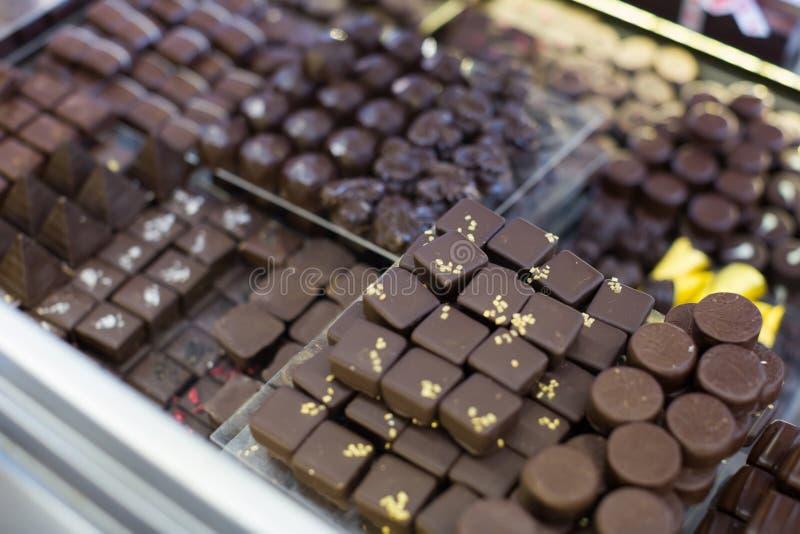 Coleção dos chocolates com enchimentos diferentes na chá-sala fotos de stock