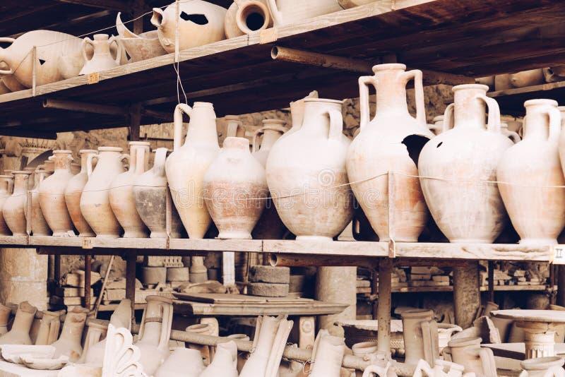 A coleção dos objetos encontrou durante escavações em Pompeia antiga fotos de stock