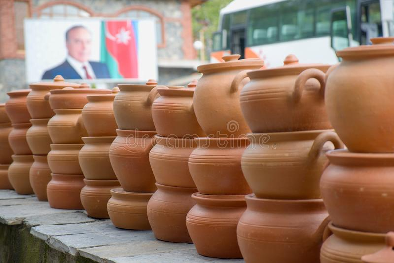 A coleção dos potenciômetros de argila feitos por artesanato-homens locais para a venda em Sheki: Cidade da Rota da Seda de Azerb imagens de stock