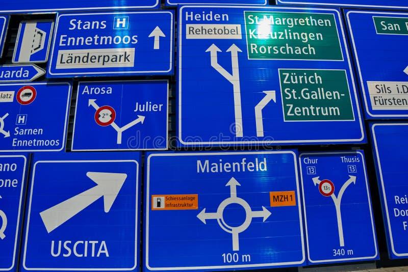 Coleção dos sinais de estrada sob a luz solar fotos de stock