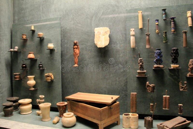 Coleção impressionante dos produtos manufaturados indicados na exibição egípcia, o Louvre, Paris, 2016 imagens de stock
