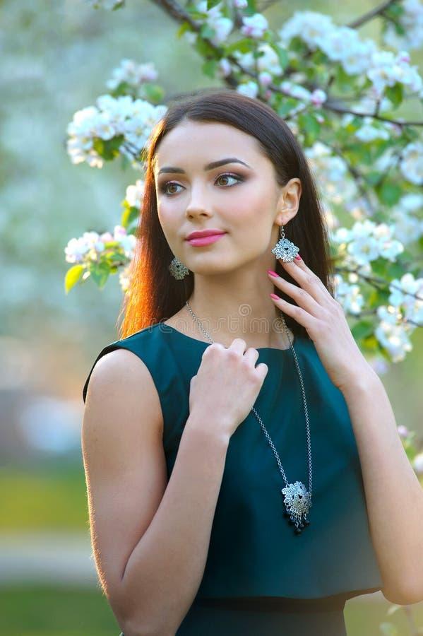 Coleção luxuosa da mola da joia Porto do modelo da menina da forma da beleza fotos de stock royalty free